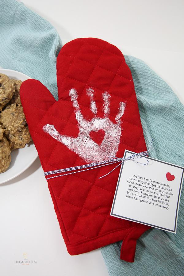 Cute handprint oven mitt gift idea | 30 handprint art ideas