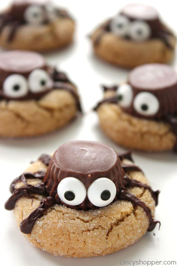Cookies with spiders made from chocolate