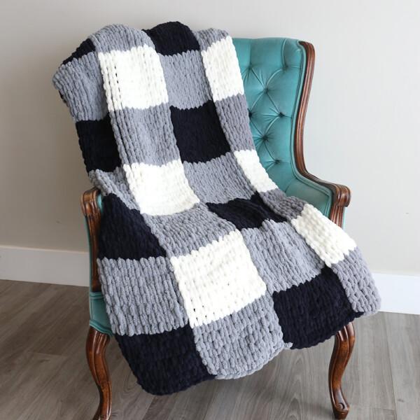 Finger knit blanke ton a chair