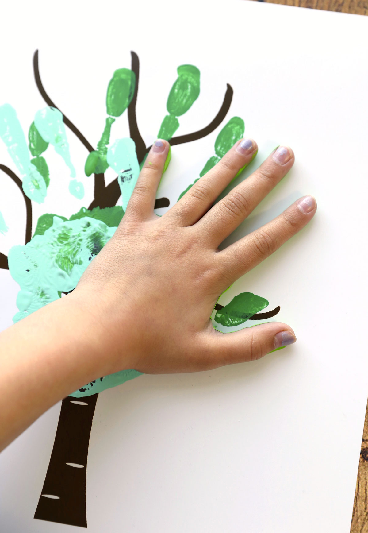 How to make a handprint family tree. Free printable.