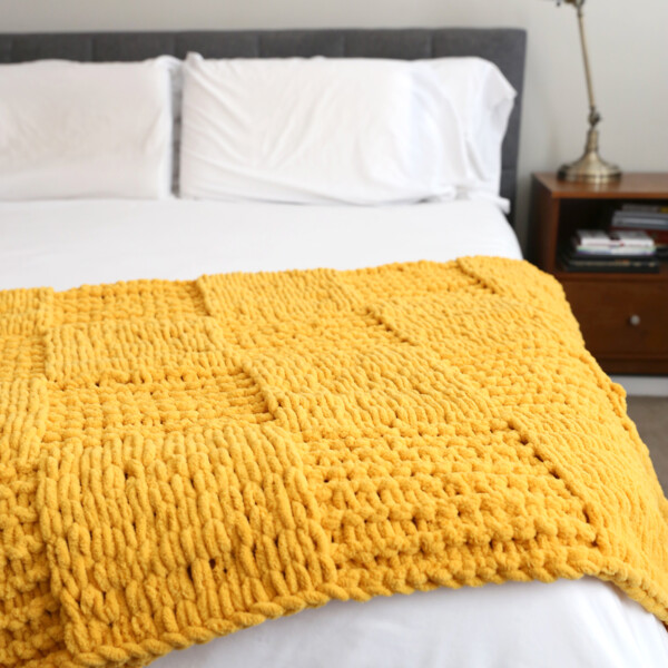 You will not believe how easy it is to make this gorgeous finger knit blanket using loop yarn! Click through for the tutorial.