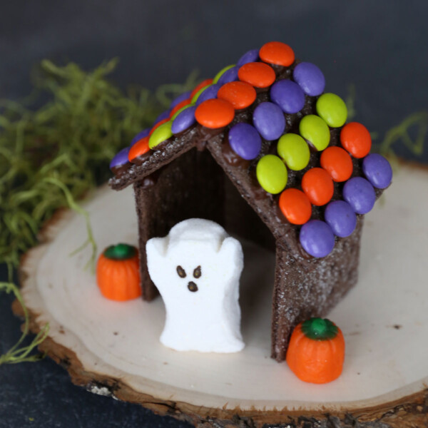This is the absolute easiest way to make Halloween gingerbread houses - use chocolate graham crackers!