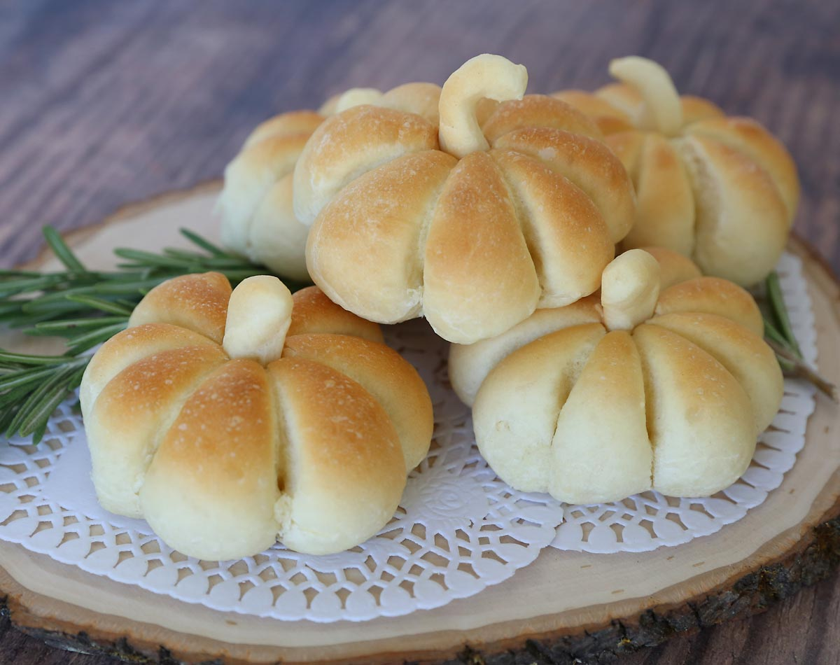 Dinner rolls shaped like pumpkins