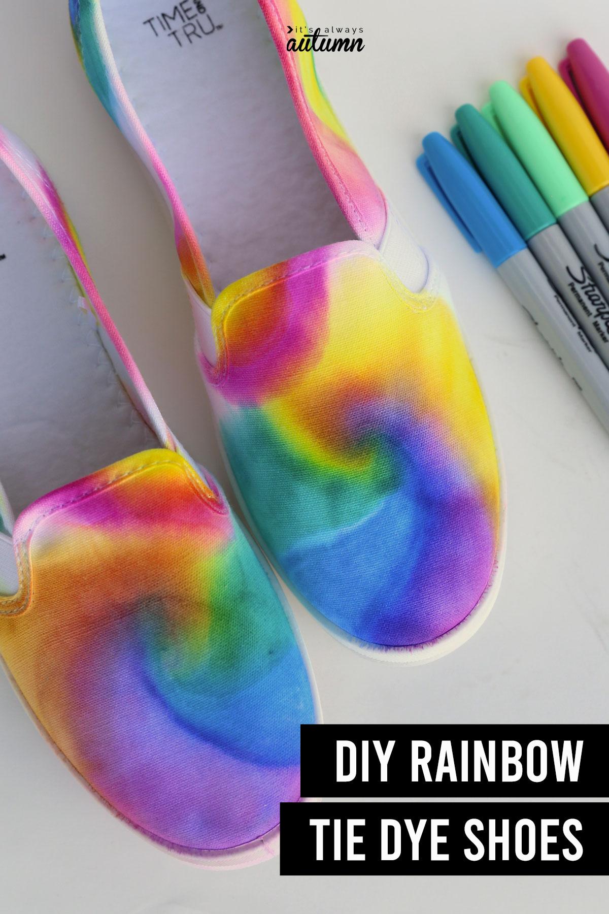 Zapatos teñidos de corbata con texto: zapatos de teñido anudado con arcoíris de bricolaje