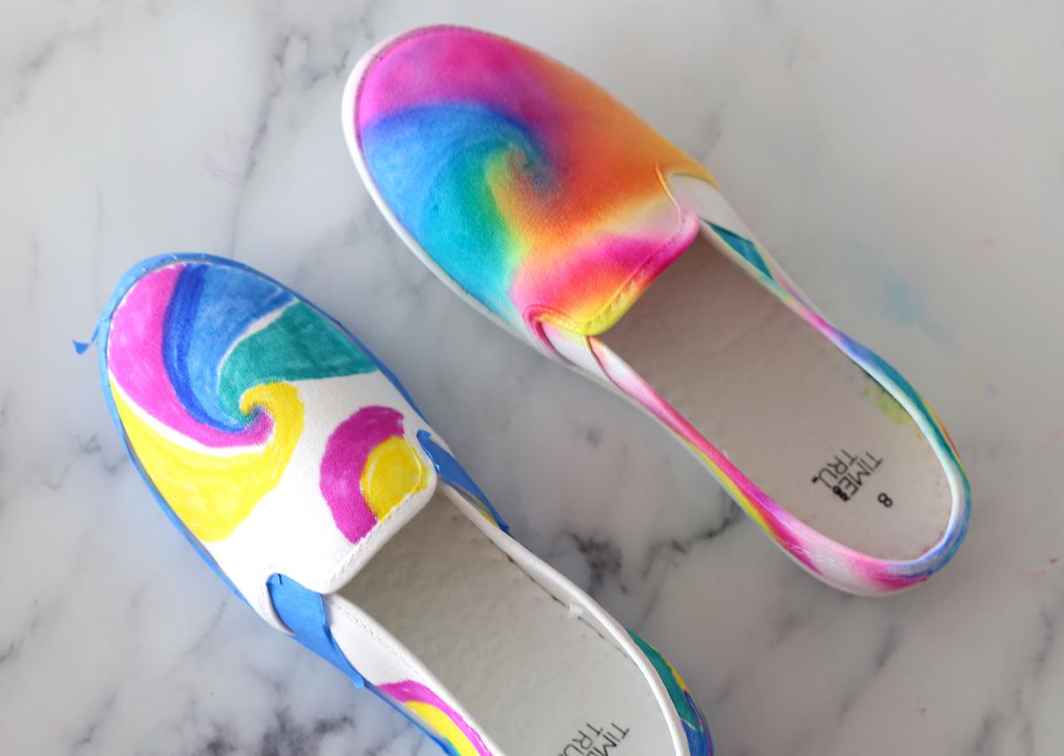 Dos zapatos de lona, uno pintado, otro pintado y mezclado con alcohol
