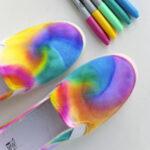 Zapatos con teñido anudado y marcadores Sharpie