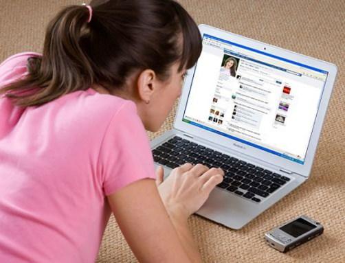 woman-using-facebook