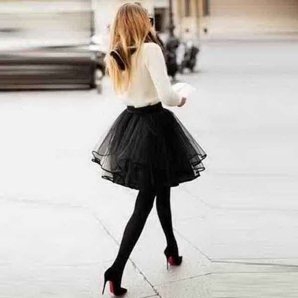 How to wear a fashionable fluffy skirt