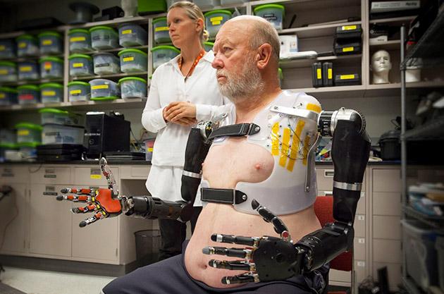 Les Baugh kontrollon dy duart artificiale përmes mendjes