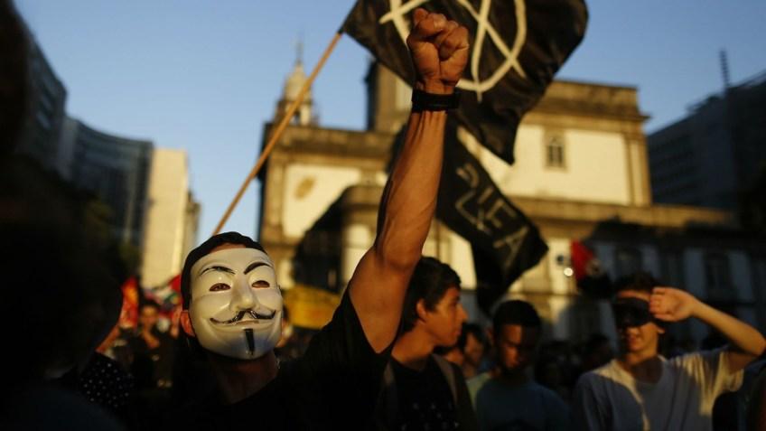 Anonymous sulmon uebfaqen e xhihadistëve francez