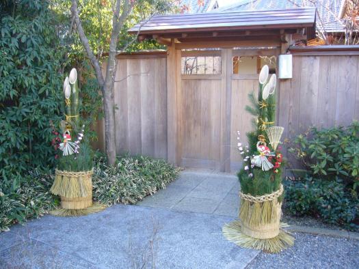 Kadomatsu in front of a gate