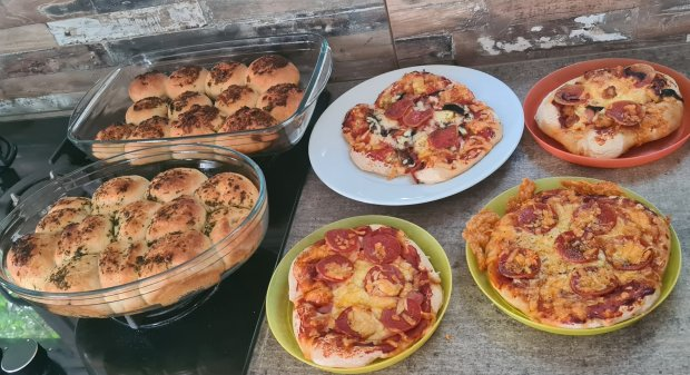 Come and make homemade pizza & BakedIn garlic tear'n'share bread kit with Holly, Lottie, Chloe and Miles - Such a fun activity for the kids!