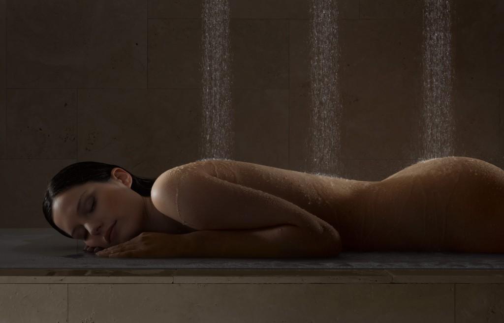 голая девушка в душе