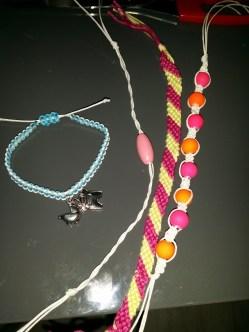 We fröbelden wat en maakten verschillende armbandjes.