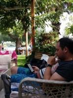 Lekker lezen tijdens de laatste uurtjes in de Griekse zon.