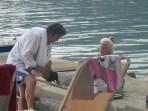 Dit was zó lief! Hoe een zoon zijn 95-jarige moeder begeleidde tijdens de vakantie. De liefde en zorg waarmee hij met haar omging ontroerden me.