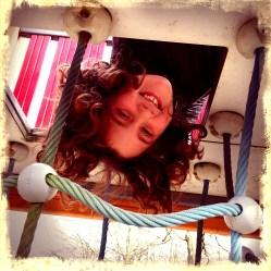 De terrorist hing op d'r kop aan een speeltoestel terwijl de draak een rondleiding kreeg bij Nimeto.