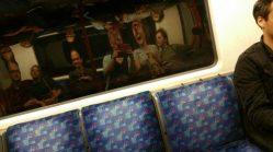 We vonden het hilarisch, die weerspiegelingen in de metroramen. Iedere keer weer.