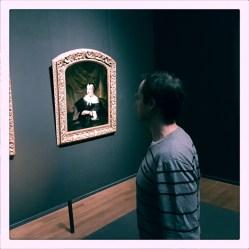 De liefste keek heel serieus naar alle schilderijen.