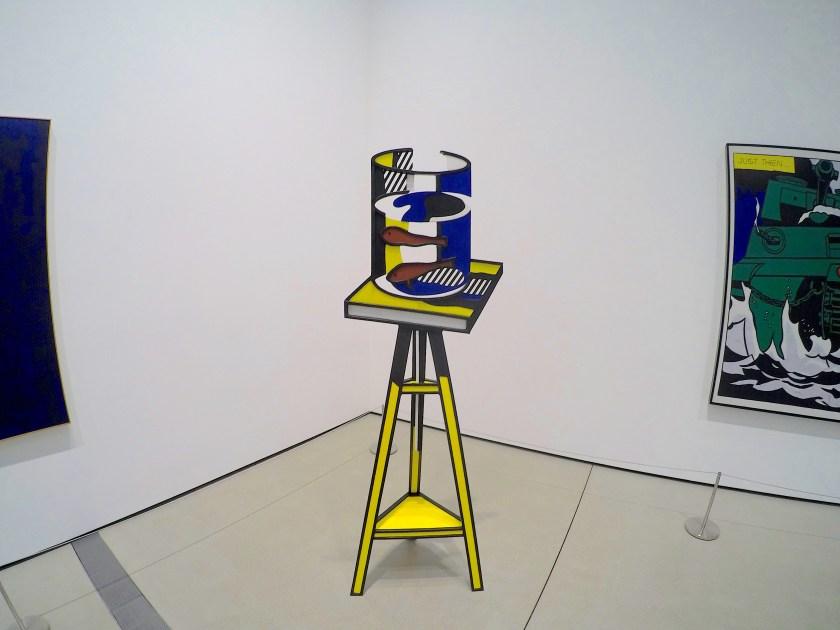 足の長い椅子の上に小さな水槽と魚が描かれた絵