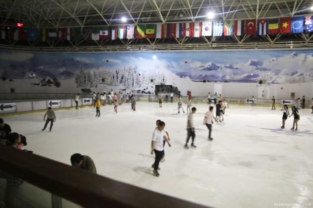 Park copies Wonders of the World in Shenzhen. Окно в Мир вечером