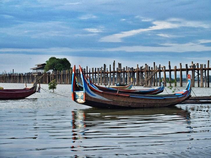Tour boats around U Bein Bridge
