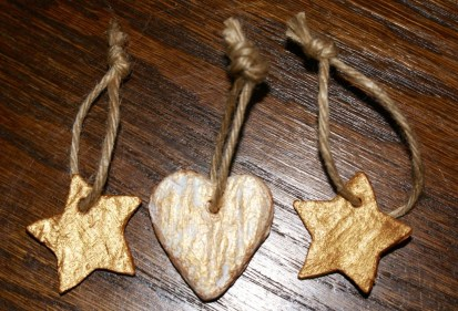 A few shabby chic looking ornaments, these are but a tiny example, I made many hearts and have a few strings in red and gold or even with beads in between! Then there's all the brightly coloured ones my big monkey made too...