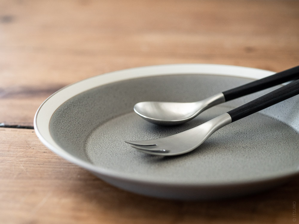 Sori Yanagi_Black Cutlery_Dessert Spoon & Dessert Fork_Yumiko Iihoshi Porcelain_Dishes_plate_moss grey