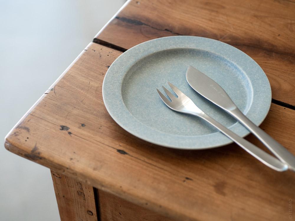 Sori Yanagi_Stainless Cutlery_Dessert Knife & Fork_Yumiko Iihoshi Porcelain Unjour Plate_nami
