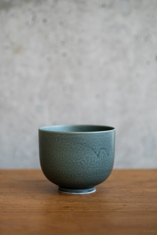 Yumiko Iihoshi Porcelain_ReIrabo_Matcha Bowl_Winter Night Grey_top
