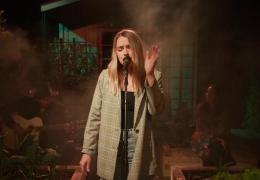 Katelyn Tarver – Fall Apart Too ( Live From Backyard )