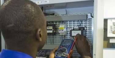 Schneider-Electric-y-los-Jesuitas-ayudan-a-jóvenes-estudiantes-del-Congo