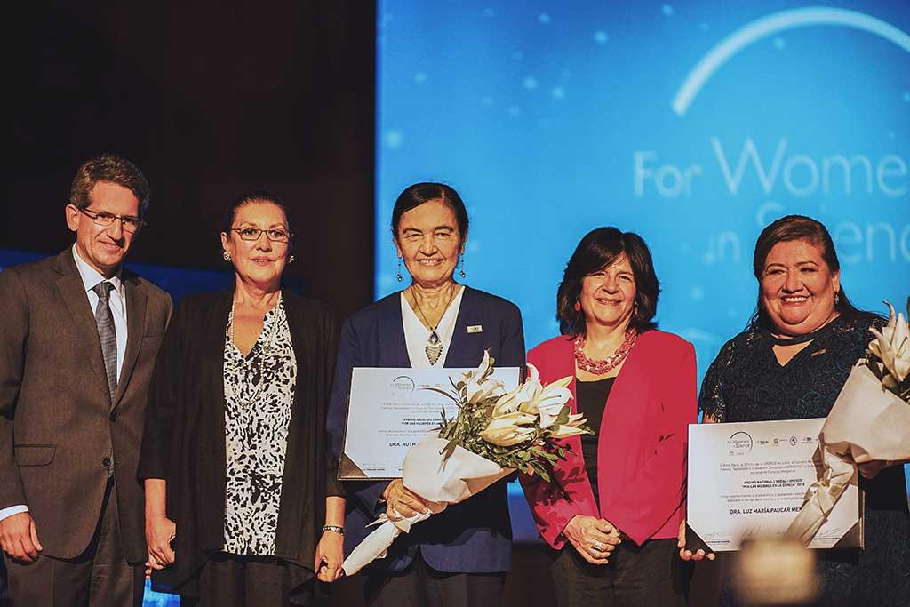 Luz-Paucar-y-Ruth-Shady-reciben-premio-por-su-reconocida-trayectoria-científica