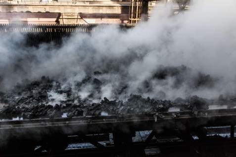 Pára stoupající z koksu po skropení obsahuje částečky prachu, které bude nová technologie efektivněji zachytávat. FOTO: ArcelorMittal