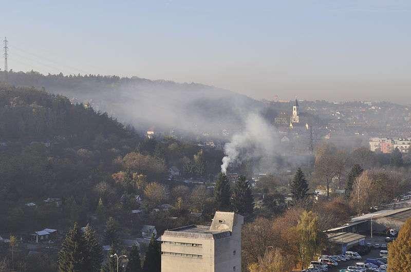 Lokální topeniště jsou největším zdrojem znečištění ovzduší. Foto: wikipedia.org
