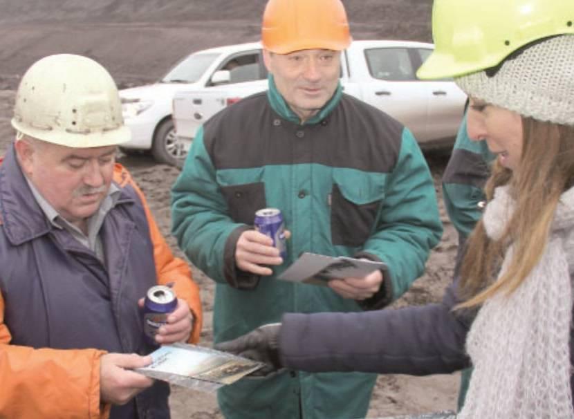 Bývalý závodní lomů na lokalitě 㶏SA Jaroslav Bažant a výrobní 㶣editel Severní energetické Pavel Kounovský (zleva) dostali letáček o velkostroji