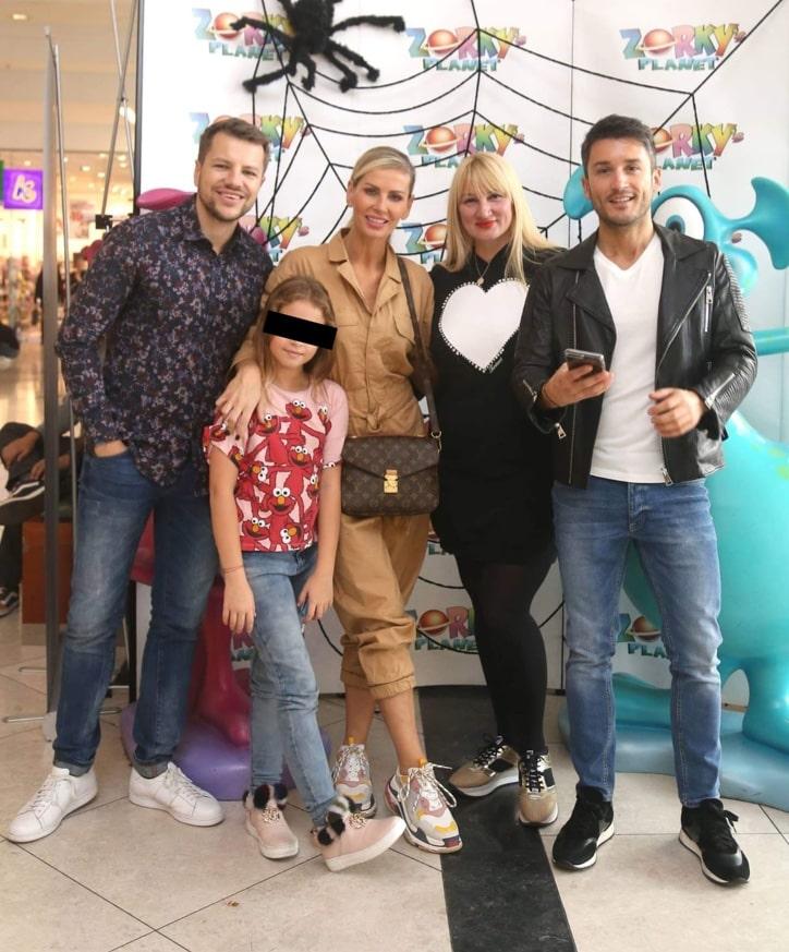 Andreea Bănică, împreună cu fetița ei și niște prieteni, la un eveniment recent