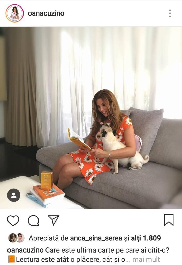 Oana Cuzino, pe canapea, citind o carte