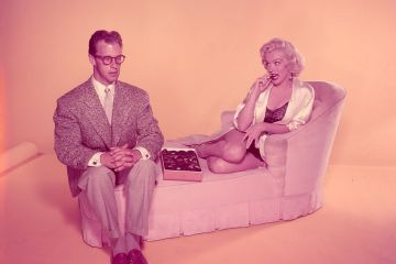 Marilyn Monroe mancand ciocolata