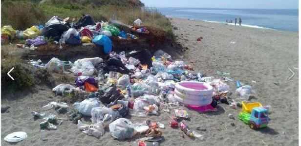 La portavoz de IU ha criticado la falta de renovación de los equipamientos de las playas, en especial de playa Poniente, como es el caso de las pasarelas en deficiente estado de conservación, las duchas, papeleras y contenedores, exigiendo al gobierno local un mayor esfuerzo inversor en las playas de Motril que permita la realización de actuaciones sostenidas en el tiempo que contribuyan a evitar su deterioro y a mantenerlas en buen estado de conservación durante todo el año.
