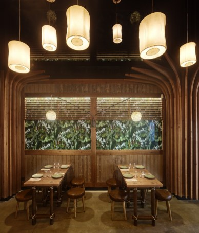 Ventanas de vegetación en diseño de restaurante Koh Lanta en A Coruña (Galicia)