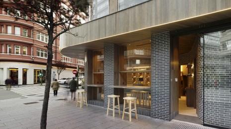 Fachada a Juan Flórez con barras de degustación y 2ª entrada en diseño interior de Panadería Carnoedo