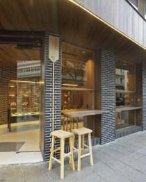 Fachada a calle Juan Flórez en diseño interior de Panadería Carnoedo
