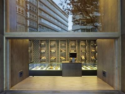 Barra de degustación desplegada con enchufes para móviles y portátiles en diseño interior de Panadería Carnoedo