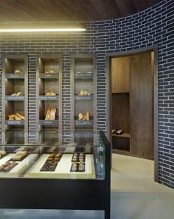 Mostrador de atención, exposición de pan y entrada a office en diseño interior de Panadería Carnoedo