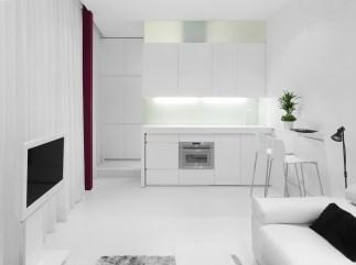 Salón y cocina con mesado móvil al fondo. Diseño interior de mini-apartamento en Madrid