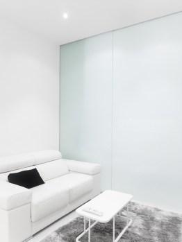 Puerta traslúcida habitación. Diseño interior de mini-apartamento en Madrid