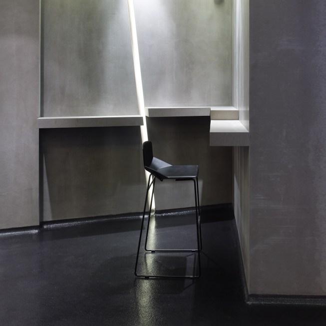 Mesado alto con detalles inclinados e iluminación en trasdosado. La Fragua de Vulcano Lounge & Bar
