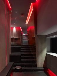 Escaleras y detalle inclinación de paramentos verticales en La Fragua de Vulcano Lounge & Bar