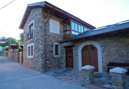 Fachada y galería en casa de piedra